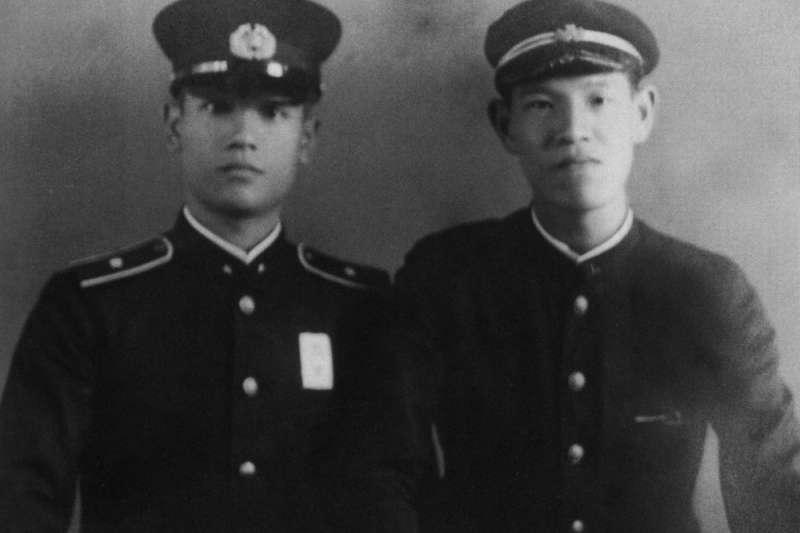 李登輝(右)與兄長李登欽(左)都曾以日本兵身分參與二戰。(翻攝自《李登輝總統照片集》)