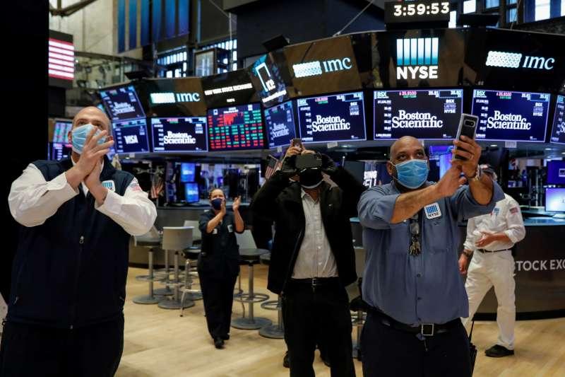 5 月 22 日,為正式回歸作準備的紐約證券交易所(NYSE)工作人員,在收市鐘響起時鼓掌慶祝。 (圖片來源:路透社/*CUP提供)