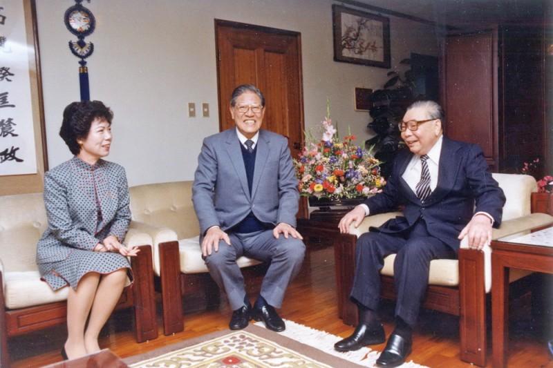1978年李登輝(中)擔任台北市長時,蔣經國(右)多次前往台北市長官邸關心他。左為曾文惠。(國史館提供,《蔣經國總統文物》005-030207-00012-027-039p)