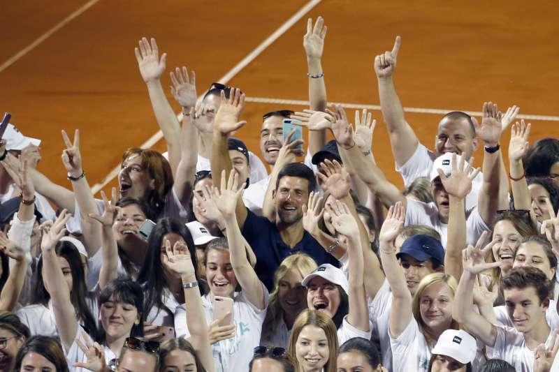 網壇球王喬科維奇在武漢肺炎疫情期間籌辦巡迴表演賽,他和妻子、數名球員及教練因此染疫,引來一陣陣批評聲浪。(美聯社)
