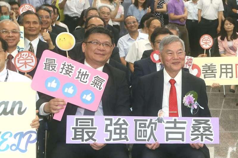 重振疫後經濟,是「台灣最強歐吉桑」沈榮津(右)升任行政院副院長後的首要任務。(柯承惠攝)