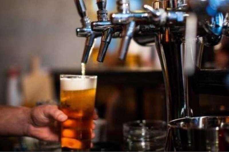 英格蘭的酒吧下個月將可以開門營業。(BBC中文網)