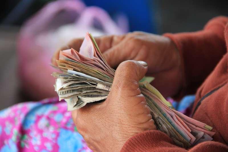 通膨將會在未來持續影響我們擁有的資產,如果銀行不做出政策的改變,我們的錢只會越存少。(圖/取自Unsplash)