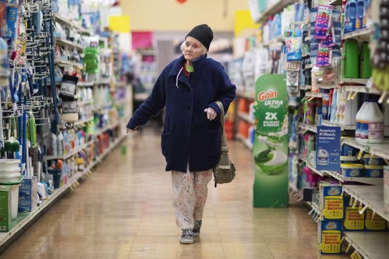武漢肺炎疫情改變了人們的購物習慣(美聯社)