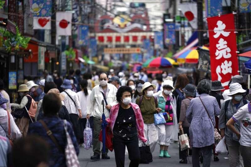 2020年6月24日星期三,東京的鬧區擠滿了購物人潮。在新冠疫情尚未遠去之際,日本正在謹慎放緩對社會隔離的限制。 (美聯社)