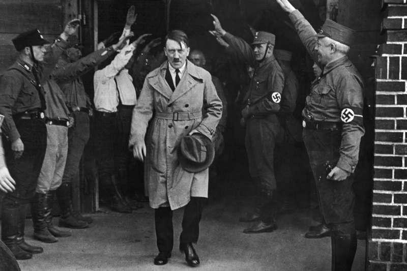 希特勒(Adolf Hitler)掌權時期大力宣導「節儉是一種愛國責任」,並宣稱猶太人手握大量資本,要德國人不要輸。(AP)