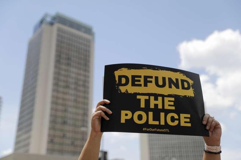 美國反警察暴力、反種族歧視示威抗議行動的訴求之一:刪除警察預算(Defund the Police)(AP)