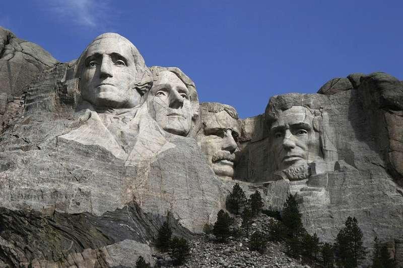 為慶祝7月4日美國獨立日,美國總統川普打算踏上刻有4位美國歷史著名總統頭像的拉什莫爾山。(Dean Franklin@Wikipedia /CC BY 2.0)