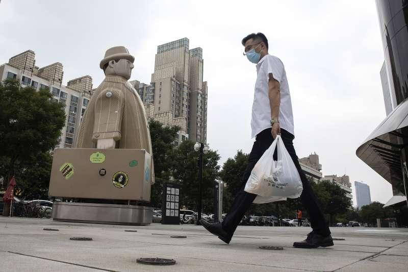 中國新冠肺炎疫情死灰復燃,北京市民佩戴口罩上街購物(AP)