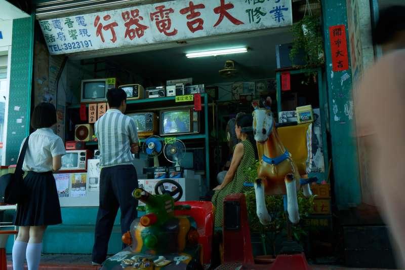 中國信託「家‧如常」品牌形象影片,特別搭景重現1970年代台灣民眾生活實境 。(圖/中國信託提供)