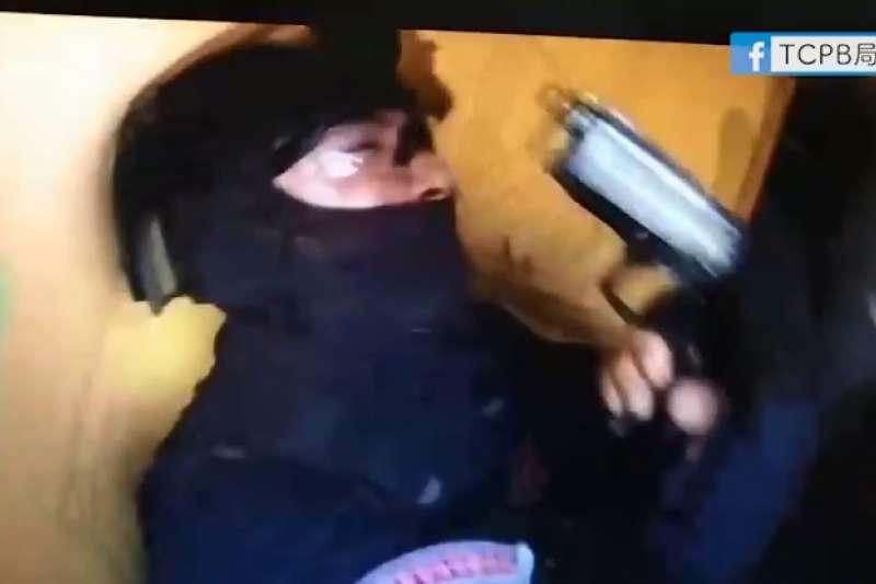 台中市警察局楊偵查佐在壓制嫌犯的過程中,被持槍的李姓嫌犯槍擊左肩受傷。圖為圍捕過程。(取自TCPB局長室臉書)
