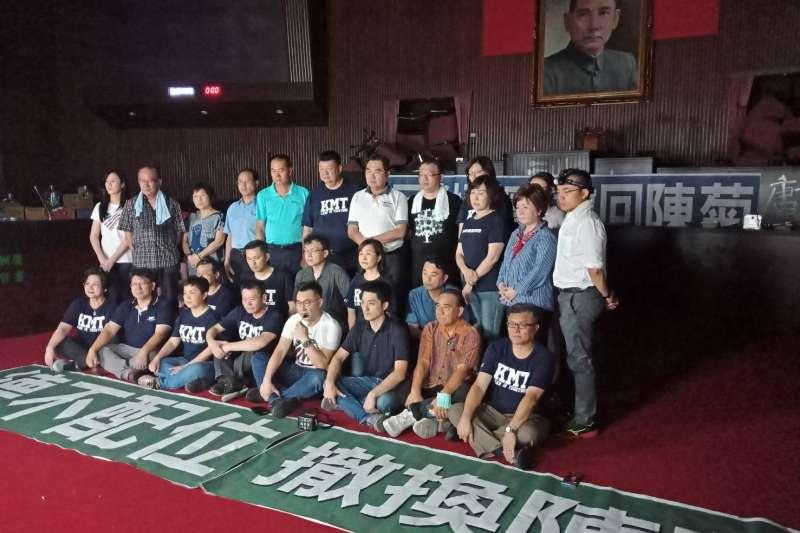 國民黨立法院黨團抗議總統提名陳菊出任監察院長,28日破門占據立院主席台。(國民黨團提供)