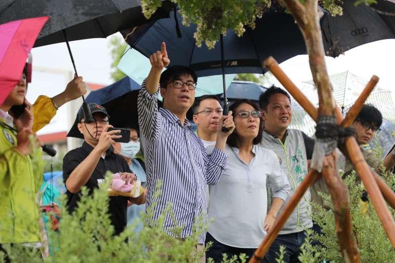陳其邁29日清晨到科工館公園,也因當時雨勢轉大的緣故,而臨時新增行程,前往十全滯洪池了解運作相關的情況。(陳其邁競選團隊提供)