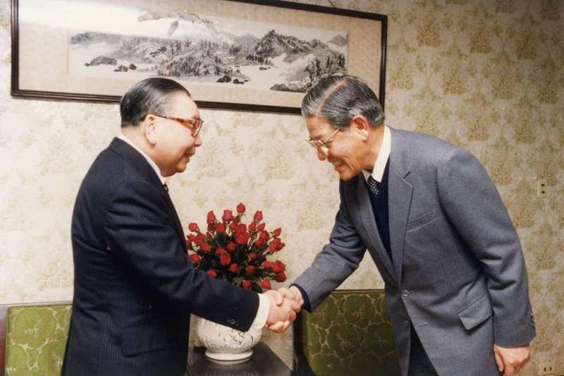 前藍委陳學聖指出,當年若無蔣經國(左)力排眾議,選擇開放言論自由,否則日後台灣民主化將付出更大的代價。(資料照,國史館提供)