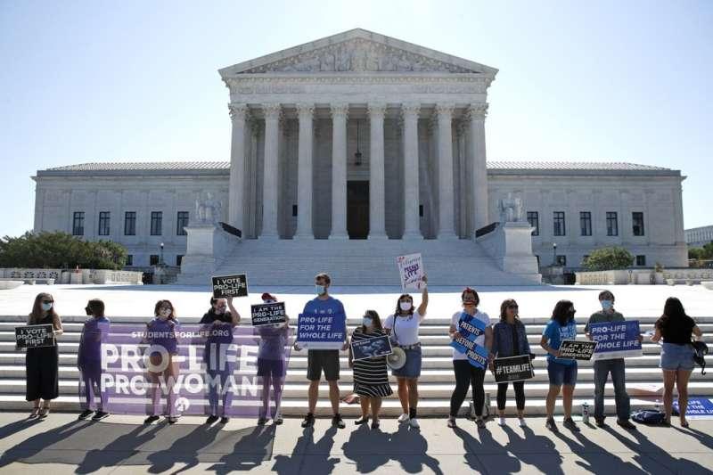 6月29日,反墮胎人士在美國聯邦最高法院外等待判決結果(美聯社)