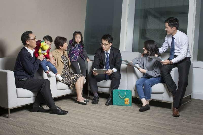 根據台灣人壽內部數據顯示,父母幫小孩投保比例已將近25%,較10年前增加10%,且幫小孩投保的首張保單,平均投保年齡由10年前的17歲降至近1年的7歲。(圖/台灣人壽提供)