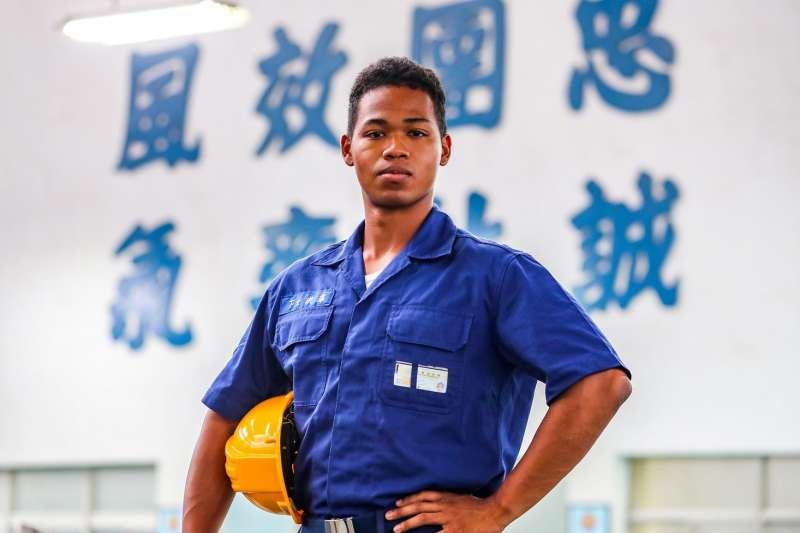 目前服役於空軍3指部發動機修理廠的迦納裔洪澤下士,台語聽說都難不倒他。(取自青年日報社)