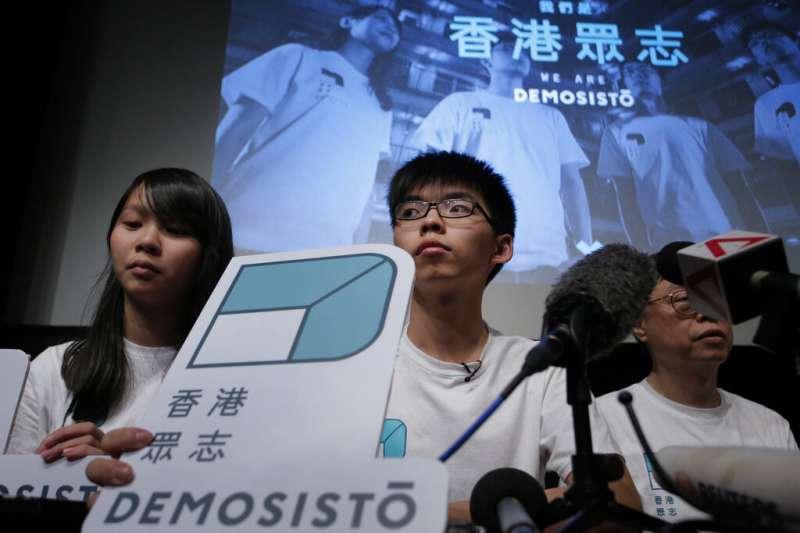 香港眾志前秘書長黃之鋒(中)、前主席林朗彥、成員周庭(左)23日在法庭上認罪,承認煽惑他人參加未經批准集結等罪。(資料照,美聯社)