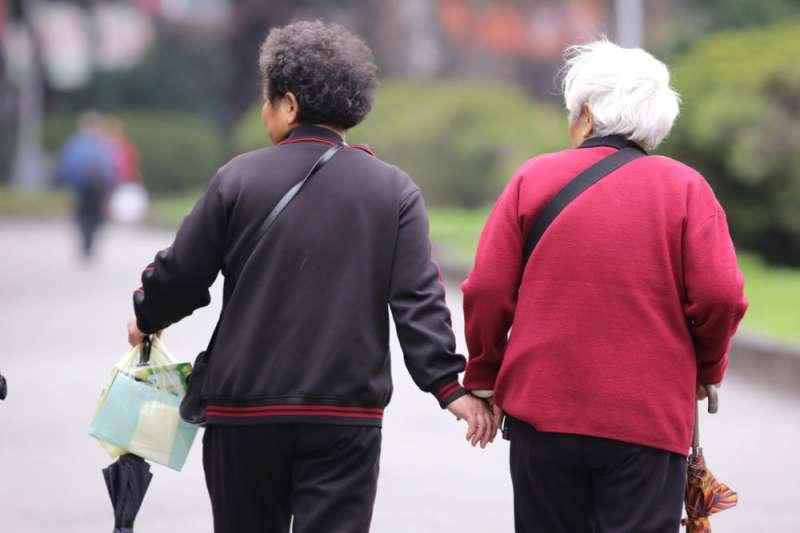 面對勞健保財務入不敷出,政府應思考可行的ˊ政策,以照顧國人的退休生活。(新新聞資料照)