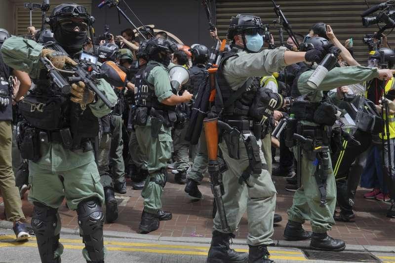 2020年7月1日,「港版國安法」正式生效,港警動用胡椒噴霧、水炮車驅散示威者(AP)