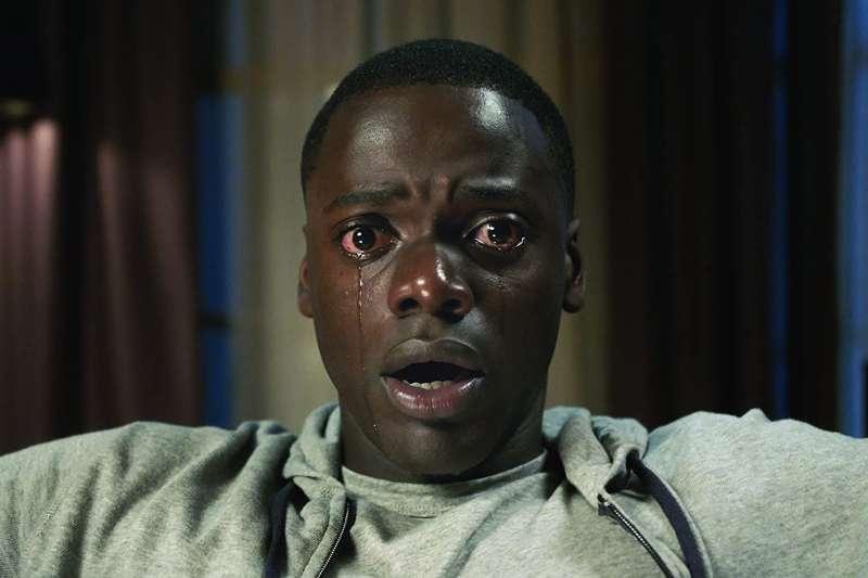 電影《逃出絕命鎮》導演用最弔詭的手法,勾勒出千百年來美國種族歧視最血腥、最黑暗的一面。(圖/取自IMDb)