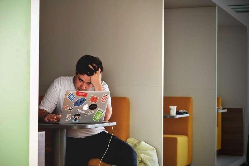 一大早到公司先看信,正是工作做不完的人的特徵之一。(圖/unsplash)