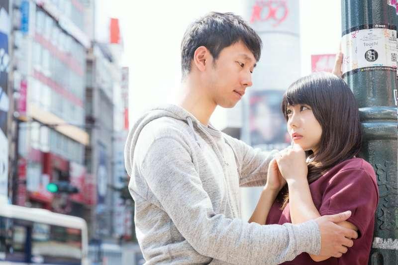 從小到大每個人都說女生要裝笨、男生要裝懂才能獲得幸福,這道理現在還適用嗎?(圖/取自pakutaso)