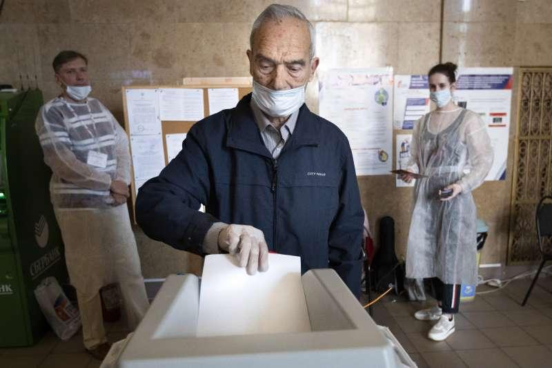 2020年7月1日,俄羅斯民眾在修憲公投投票(AP)