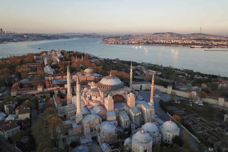 拜占庭時期興建的聖索菲亞大教堂,後來被土耳其蘇丹改為清真寺,現為博物館,是伊斯坦堡必去的觀光勝地。(AP)