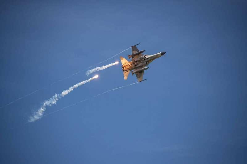20200702-IDF經國號發射火焰彈。(軍聞社提供)