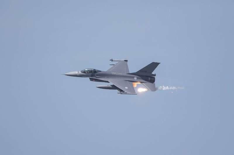 20200702-F-16V發射熱火焰彈。(軍聞社提供)