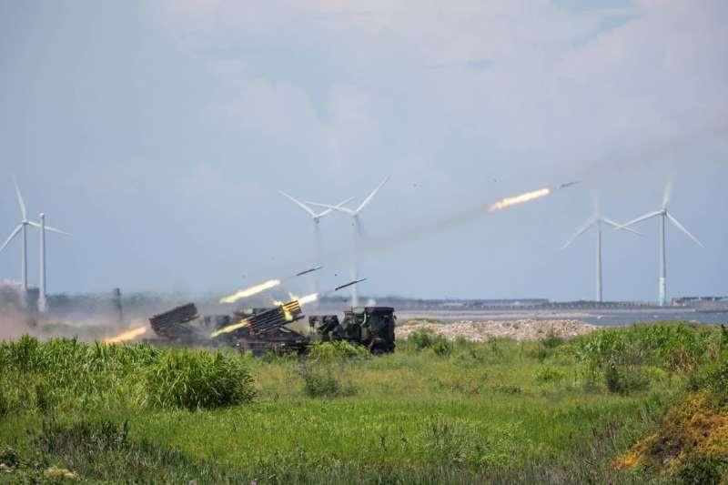 台中甲南海灘2日上午進行「聯合反登陸作戰操演」,陸海空軍精銳盡出。(軍聞社提供)