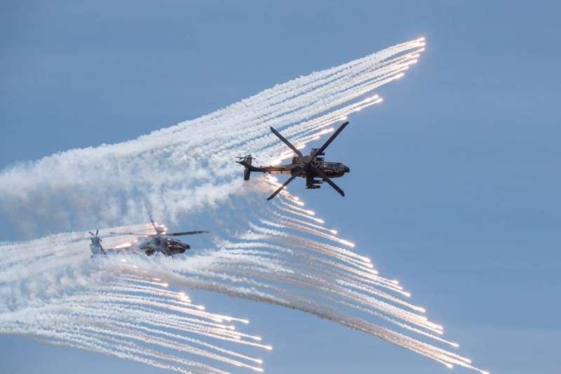 20200702-阿帕契攻擊直升機發射熱焰彈。(軍聞社提供)