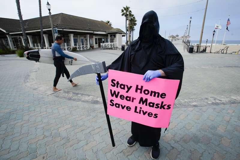 2020年5月新冠肺炎疫情期間,美國加州一名男子扮成死神,告誡民眾待在家裡、戴上口罩。(AP)