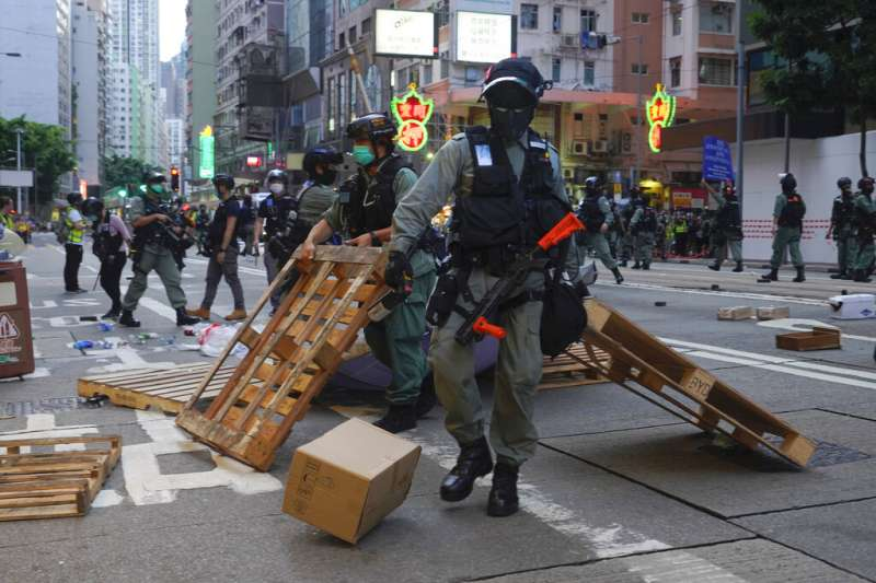 雖然「港版國安法」已在6月30日生效,但7月1日仍有大批香港民眾上街抗議惡法、譴責北京壓制香港民主自由。(美聯社)