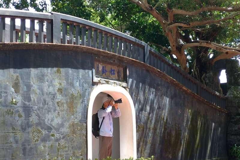 遊客遊園駐足拍攝。(圖/新北市文化局提供)