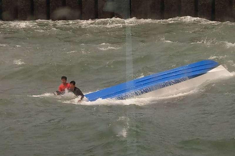 20200703-台中「聯興操演」,而在這次橡皮艇翻覆前,其實昨日在台中海域,同樣有一艘民間舢舨翻覆。(海巡署提供)