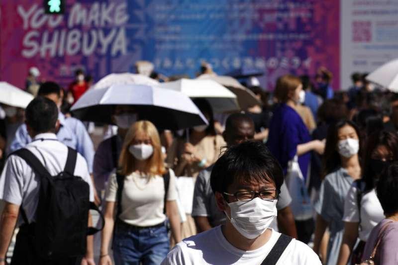 日本東京街頭7月仍可看到許多民眾都戴著口罩。(美聯社)