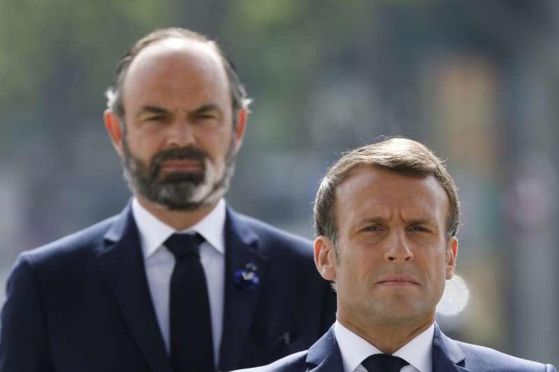 2020年7月3日,法國總理菲利普(左)向總統馬克宏(右)遞出辭呈(AP)