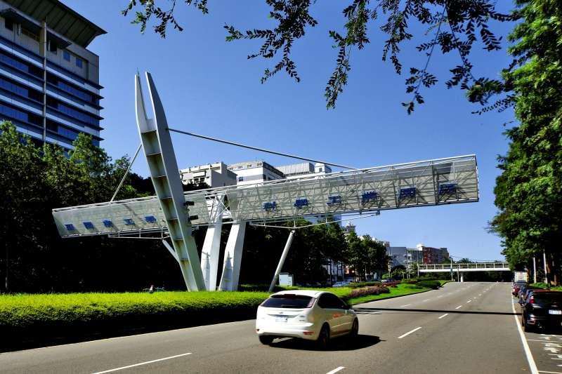 建案鄰近光復路、金山街等數大民生商圈,更能開車一分鐘直進竹科園區。(圖/富比士地產王提供)