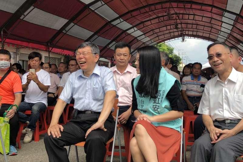 台北市長、台灣民眾黨主席柯文哲(右三)4日赴台中,參與黨籍立委高虹安(右二)服務處成立儀式。(民眾黨提供)
