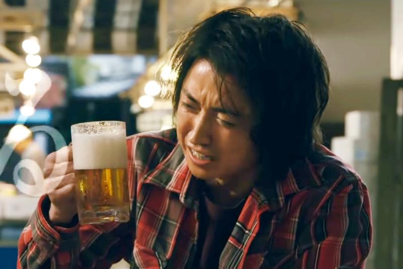 開司喝啤酒一直都是《賭博默示錄》的經典場面。(圖/取自youtube)
