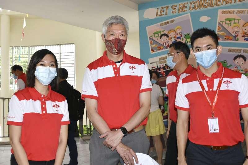 新加坡大選:總理李顯龍的弟弟李顯揚(中)支持在野的新加坡前進黨(AP)