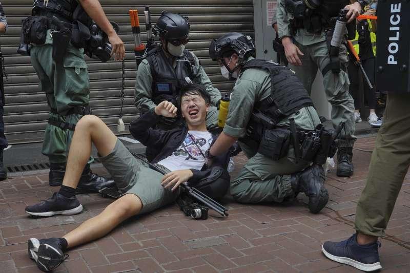 2020年7月,香港警方強力鎮壓反對「港版國安法」運動,新聞記者也遭殃(AP)