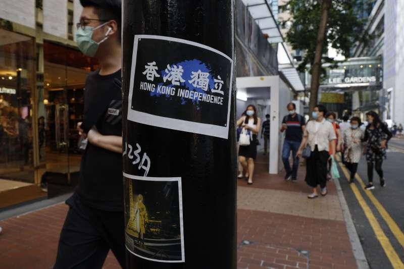 2020年7月,香港警方強力鎮壓反對「港版國安法」運動,街頭仍可見支持香港獨立的海報(AP)