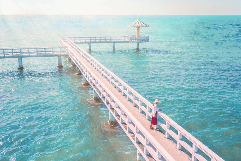 藍綠色的海水搭配純白的小喬,拍起照來超級夢幻!(圖/IG@ryan_zec)