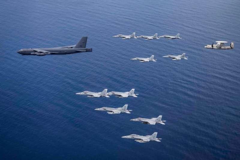 尼米茲號(USS Nimitz、CVN 68)與雷根號(USS Ronald Reagan、CVN 76)在南海進行雙航母操演,美國空軍的B-52H也加入其中 。(美軍太平洋艦隊臉書)