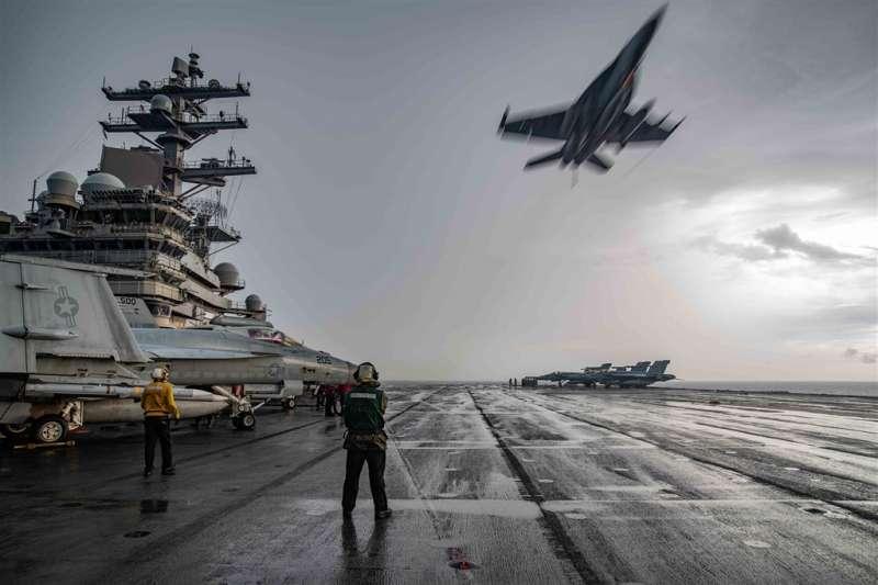 美中衝突升高。圖為美軍在中國於南海軍演之際派2艘航艦雷根號與尼米茲號前往當地演習叫陣,戰鬥機與電戰機日夜從2艘航艦上起降,模擬對敵方發動不間斷的持續攻擊。(美軍雷根號航母臉書)