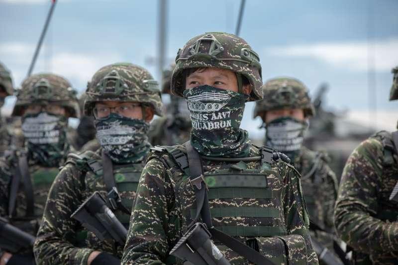 20200706-雖仍處於演訓痛失弟兄階段,99旅參演官兵仍在旅長領軍下,以全旅全裝方式在碼頭旁接受統帥校閱。(取自總統府Flickr)