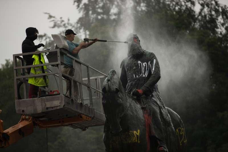 比利時國王利奧波德二世(Leopold II)的雕像遭到示威抗議者噴漆塗鴉(AP)